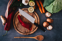 Close-up Of Knife And Vegetable On Cutting Board 11115082669| 写真素材・ストックフォト・画像・イラスト素材|アマナイメージズ