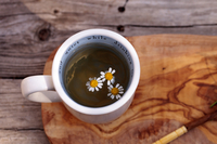 Close-up Of White Daisies In Herbal Tea On Table 11115084807| 写真素材・ストックフォト・画像・イラスト素材|アマナイメージズ
