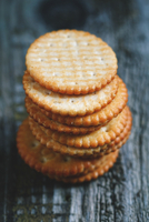 Close-up Of Biscuits On Table 11115085422| 写真素材・ストックフォト・画像・イラスト素材|アマナイメージズ