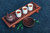 High Angle View Of Herbal Tea With Cups On Table 11115087491| 写真素材・ストックフォト・画像・イラスト素材|アマナイメージズ