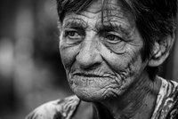 Close-up Portrait Of Senior Woman With Wrinkled Face 11115163590| 写真素材・ストックフォト・画像・イラスト素材|アマナイメージズ