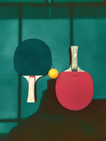 High Angle View Of Ball And Tennis Racket On Table 11115168535| 写真素材・ストックフォト・画像・イラスト素材|アマナイメージズ
