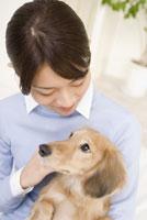 犬を抱く女性 28204000126| 写真素材・ストックフォト・画像・イラスト素材|アマナイメージズ