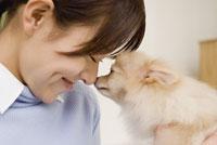犬と触れ合う女性 28204000127| 写真素材・ストックフォト・画像・イラスト素材|アマナイメージズ