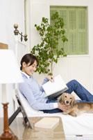 ベッドでくつろぐ女性と犬 28204000129| 写真素材・ストックフォト・画像・イラスト素材|アマナイメージズ