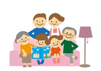 ソファーにすわる三世代家族 60002000062  写真素材・ストックフォト・画像・イラスト素材 アマナイメージズ