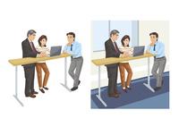 上司と立ちながらの打ち合わせをする社員 60030000032| 写真素材・ストックフォト・画像・イラスト素材|アマナイメージズ