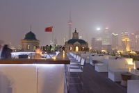 Rooftop terrace of Terrace Swatch Peace Hotel at night, Bund, Shanghai, China, Asia 01510109557| 写真素材・ストックフォト・画像・イラスト素材|アマナイメージズ