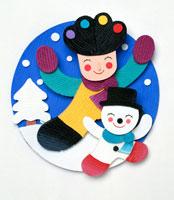 雪降る外で喜ぶ子供と雪だるま 02237005779| 写真素材・ストックフォト・画像・イラスト素材|アマナイメージズ