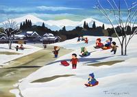 雪が積もった坂でそり遊びをする子供たち 02237013204| 写真素材・ストックフォト・画像・イラスト素材|アマナイメージズ