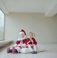 G.B. ENGLAND. London. Felix Naylor Marlow in his santa suit. 2001. Felix with his friend Mrs. Sants, aka Amy. 02265041767| 写真素材・ストックフォト・画像・イラスト素材|アマナイメージズ