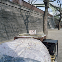 Japan. Osaka. A homeless person's makeshift home in a small piece of open space beside the road.  2000 02265046270| 写真素材・ストックフォト・画像・イラスト素材|アマナイメージズ