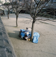 Japan. Osaka. A street scene. A homeless person's makeshift home by the side of a river.  2000 02265046271| 写真素材・ストックフォト・画像・イラスト素材|アマナイメージズ