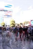 町を行き交う人々 02427000022  写真素材・ストックフォト・画像・イラスト素材 アマナイメージズ