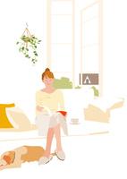 リビングで読書しながらくつろぐ主婦 02526000199  写真素材・ストックフォト・画像・イラスト素材 アマナイメージズ
