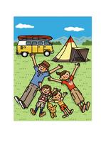 芝生に寝転ぶキャンプに来た家族 02551000115| 写真素材・ストックフォト・画像・イラスト素材|アマナイメージズ