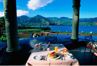 Breakfast Table at Princeville Resort with View of Hanalei B 20025012996| 写真素材・ストックフォト・画像・イラスト素材|アマナイメージズ