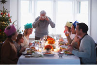 Grandfather Taking Picture of Family at Christmas Dinner 20025160034| 写真素材・ストックフォト・画像・イラスト素材|アマナイメージズ