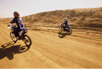 Mother and Daughter Riding Dirtbikes 20025184904| 写真素材・ストックフォト・画像・イラスト素材|アマナイメージズ