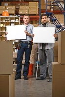Workers in Warehouse Holding Blank Signs 20025305243| 写真素材・ストックフォト・画像・イラスト素材|アマナイメージズ