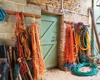 Rope and Hoses Hanging in Barn, Cotswolds, Gloucestershire, 20025308955| 写真素材・ストックフォト・画像・イラスト素材|アマナイメージズ