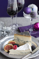 Cheese and Wine on Table Decorated for Christmas 20025312492| 写真素材・ストックフォト・画像・イラスト素材|アマナイメージズ