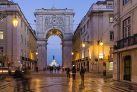Rua Augusta Arch (Arco Triunfal), Praca do Comercio at dusk, Baixa District, Lisbon, Portugal 20025323589| 写真素材・ストックフォト・画像・イラスト素材|アマナイメージズ