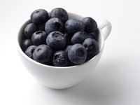 A cup full of blueberries editorial food 20025326701| 写真素材・ストックフォト・画像・イラスト素材|アマナイメージズ