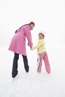 Italy, South Tyrol, Seiseralm, Mother and daughter (4-5) ice skating 20025328201| 写真素材・ストックフォト・画像・イラスト素材|アマナイメージズ