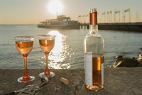 Germany, Bavaria, Nonnenhorn, Bottle of wine and glasses on wall at shipping pier 20025330273| 写真素材・ストックフォト・画像・イラスト素材|アマナイメージズ