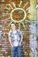 Germany, Berlin, Boy standing in front of brick wall with graffiti 20025330398| 写真素材・ストックフォト・画像・イラスト素材|アマナイメージズ