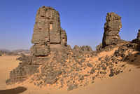 Africa, Algeria, Sahara, Tassili N'Ajjer National Park, Tadrart, Sandstone rock towers in Immourouden area 20025330836| 写真素材・ストックフォト・画像・イラスト素材|アマナイメージズ
