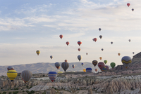Turkey, Eastern Anatolia, Cappadocia, hot air balloons hoovering over tuff rock formations at Goereme National Park 20025330958| 写真素材・ストックフォト・画像・イラスト素材|アマナイメージズ