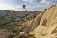 Turkey, Eastern Anatolia, Cappadocia, hot air balloons hoovering over tuff rock formations at Goereme National Park 20025330959| 写真素材・ストックフォト・画像・イラスト素材|アマナイメージズ