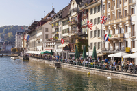 Switzerland, Luzern, row of houses and outdoor gastronomy at riverside of Reuss 20025331355| 写真素材・ストックフォト・画像・イラスト素材|アマナイメージズ