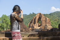 Vietnam, Quang Nam Province, woman taking picture of Cham temple complex My Son 20025331387| 写真素材・ストックフォト・画像・イラスト素材|アマナイメージズ