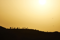 Portugal, Algarve, Sagres, Cabo Sao Vicente, silhouette of people at sunset 20025331388| 写真素材・ストックフォト・画像・イラスト素材|アマナイメージズ