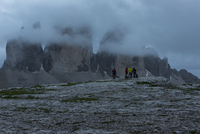 Italy, Alto Adige, Dolomites, group of five hikers in front of Tre Cime di Lavaredo on a cloudy day 20025331635| 写真素材・ストックフォト・画像・イラスト素材|アマナイメージズ