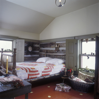 BEDROOMS - Split log home, red and white quilt on rope bed, country rustic. Antiques, shutters, log and chink, santa statue, poi 20025340885| 写真素材・ストックフォト・画像・イラスト素材|アマナイメージズ
