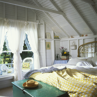 BEDROOM - Vacation home. Painted white walls. Brass bed, exposed beams, exposed lath walls painted white, yellow and white check 20025340900| 写真素材・ストックフォト・画像・イラスト素材|アマナイメージズ