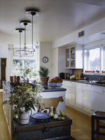 White & cream kitchen, bright & open wood flooring, hanging lights over cooking island with pumpkins and gourds 20025340921| 写真素材・ストックフォト・画像・イラスト素材|アマナイメージズ