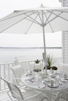 DECKS; All white place settings on a white table and deck, lake in background 20025340994| 写真素材・ストックフォト・画像・イラスト素材|アマナイメージズ