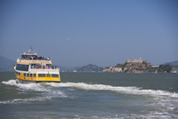 Ferry in the sea with a prison in the background,Alcatraz Prison,Alcatraz Island,San Francisco Bay,San Francisco,California,USA 20025342172| 写真素材・ストックフォト・画像・イラスト素材|アマナイメージズ