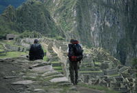 Backpackers look at the Inca ruins at Machu Picchu, UNESCO World Heritage Site, Peru, South America 20025350867| 写真素材・ストックフォト・画像・イラスト素材|アマナイメージズ