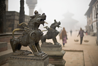 Durbar Square, Bhaktapur, Kathmandu valley, Nepal. Guardian lions on the steps of a temple. Foggy winter morning November 2005. 20025350895| 写真素材・ストックフォト・画像・イラスト素材|アマナイメージズ