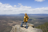 Female hiker at The Balconies, The Grampians National Park, Victoria, Australia, Pacific 20025351091| 写真素材・ストックフォト・画像・イラスト素材|アマナイメージズ