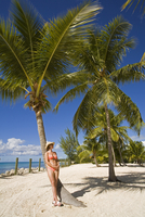 Woman leaning against palm tree, Princess Cays, Eleuthera Island, Bahamas, Greater Antilles, West Indies, Caribbean, Central Ame 20025351711| 写真素材・ストックフォト・画像・イラスト素材|アマナイメージズ