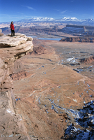 Cliff edge 300m above red desert basin, with winter snow on La Sal Mountains beyond, Dead Horse Point State Park, Utah, United S 20025354033| 写真素材・ストックフォト・画像・イラスト素材|アマナイメージズ