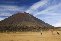 Hikers in front of Mount Ngauruhoe, 2287m, on the Tongariro Crossing, in the oldest national park in New Zealand, Tongariro Nati 20025358421| 写真素材・ストックフォト・画像・イラスト素材|アマナイメージズ