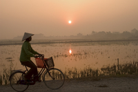 Bicycle in the morning mist at sunrise, limestone mountain scenery, Tam Coc, Ninh Binh, south of Hanoi, North Vietnam, Southeast 20025358654| 写真素材・ストックフォト・画像・イラスト素材|アマナイメージズ